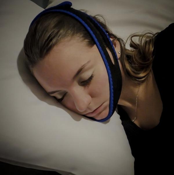 Kvinne sover med antisnorkebånd